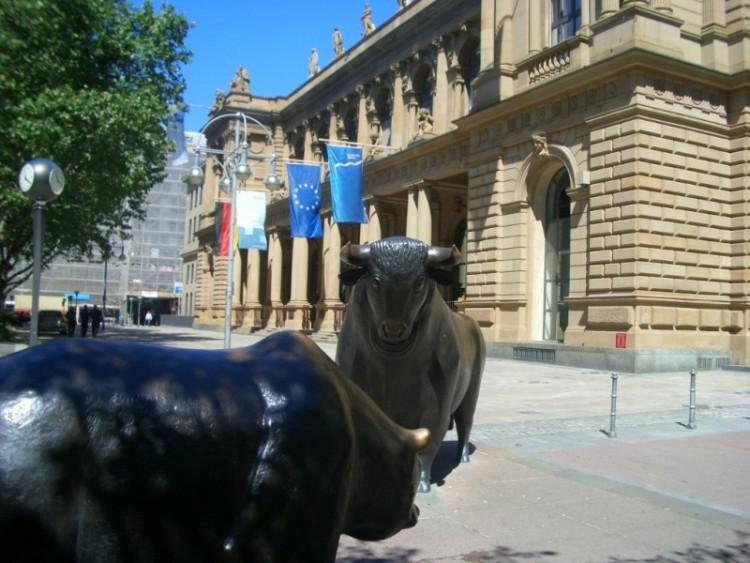 Памятник напротив фондовой биржи